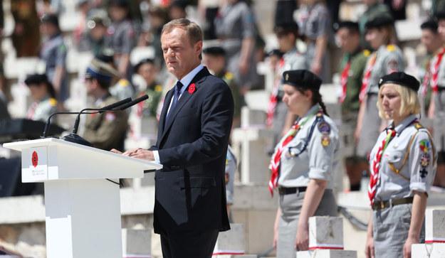 Wystąpienie premiera Donalda Tuska podczas uroczystości odbywających się na polskim Cmentarzu Wojennym na Monte Cassino. /Leszek Szymański /PAP