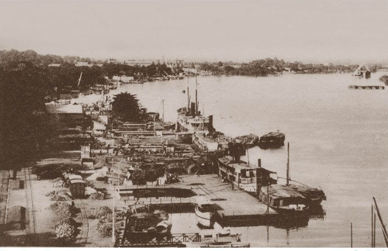 Trước khi Pháp chiếm Sài Gòn đây là nơi vua nhà Nguyễn từng đến bến Bạch Đằng để tắm. (nên gọi là Bến Ngự)