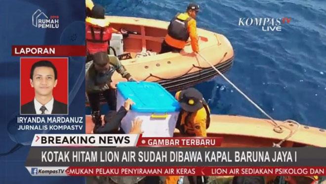 Một trong 2 hộp đen của máy bay Lion Air được tìm thấy hôm 1/11 và đưa lên bờ.