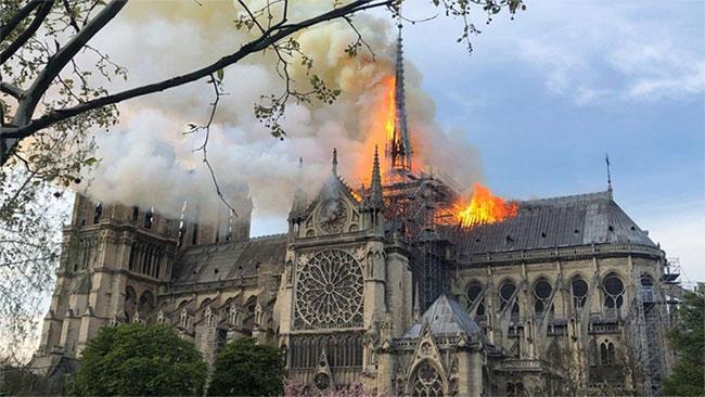 Đám cháy nhìn từ vườn hoa, bên hông phải nhà thờ.