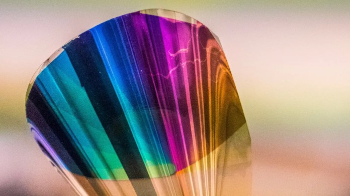 La tinta electrónica que han desarrollado contiene oro, plata y plásticos PET. La capa que produce los colores tiene menos de un micrómetro de espesor.