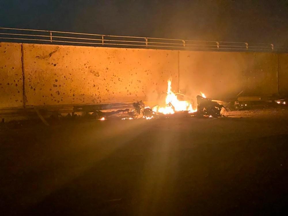 Cette photo publiée par le bureau de presse du Premier ministre irakien montre un véhicule en feu à l'aéroport international de Bagdad après une frappe aérienne, à Bagdad, en Irak, tôt vendredi 3 janvier 2020.