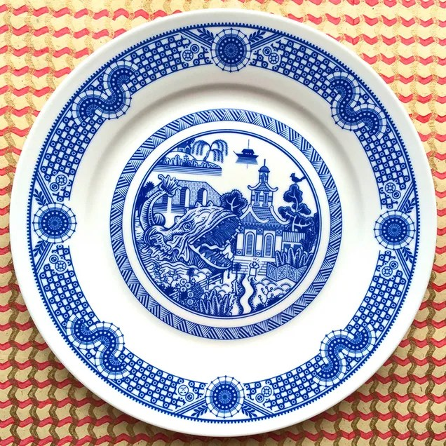 Sci-fi Chinese porcelain plates show giant robots and alien invasions