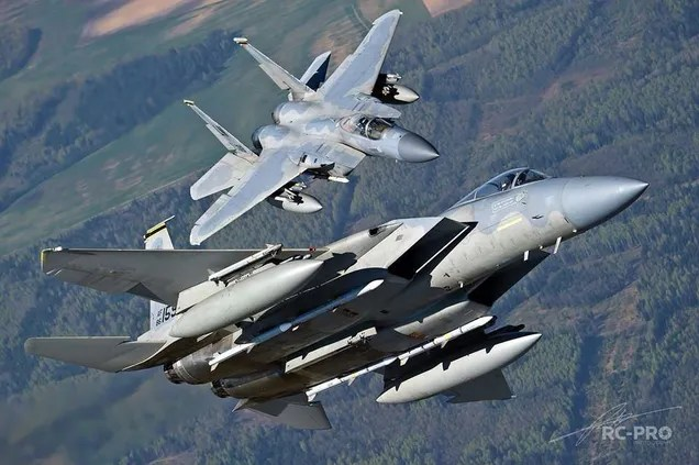 They may seem photoshopped, but these two F-15 Eagles are real