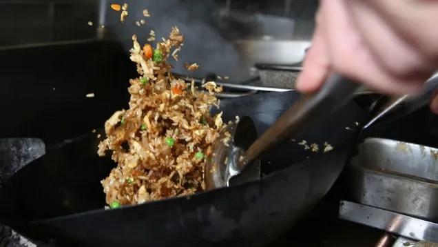 di2tmk8rulvzajqukaes Here's the Best Way to Make Fried Rice, According to Hungry Engineers | Gizmodo