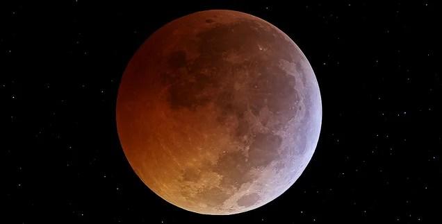 ¿Cómo y a qué hora se podrá ver el eclipse lunar total del martes 15?