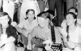 1991 год. Фестиваль «Червона рута» в Запорожье. Пелих заводил толпу своей прекрасной игрой на гитаре.