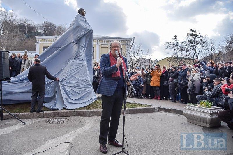 Александр Брей на открытии памятника Вертинскому