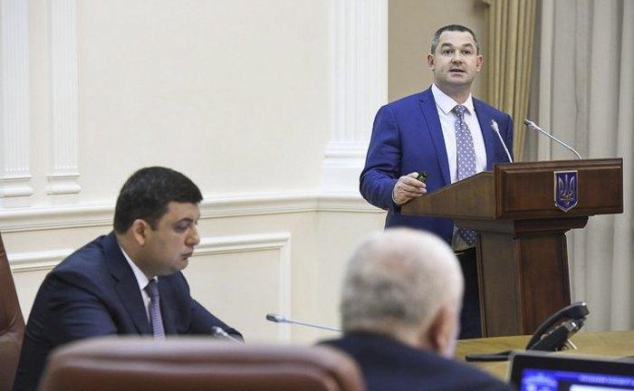 Премьер-министр Украины Владимир Гройсман и руководитель ДФС Мирослав Продан во время заседания кабмина