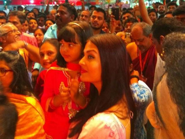 Ganesh Chaturthi 2017: Aishwarya Rai Bachchan And Daughter Aaradhya Visit Ganpati Pandal