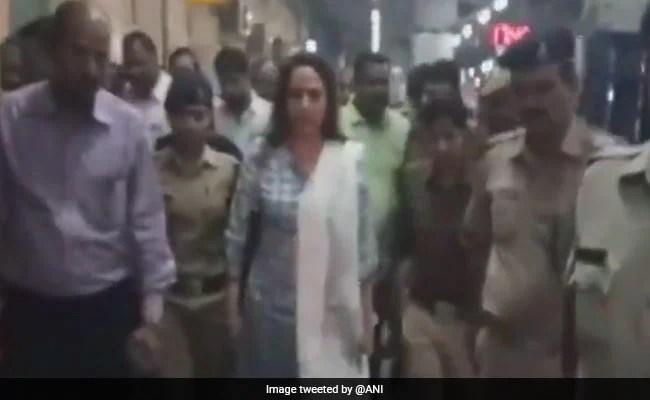 सांसद हेमा मालिनी पहुंची थीं मथुरा स्टेशन का मुआयना करने, अचानक सामने आ गया सांड, जानें फिर क्या हुआ