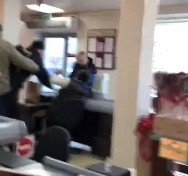 В Киеве мужчина напал на сотрудниц магазина