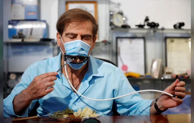 В Израиле изобрели маску, позволяющую есть и пить, не снимая её
