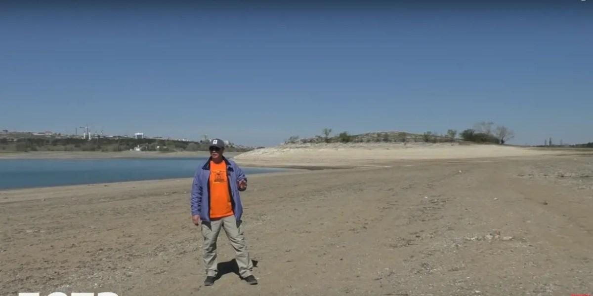 Зазвичай пагорб, що видніється зараз за спиною блогера, являє собою острів посеред Сімферопольського водосховища, що сполучений з берегом вузеньким перешийком. Тепер це частина берега