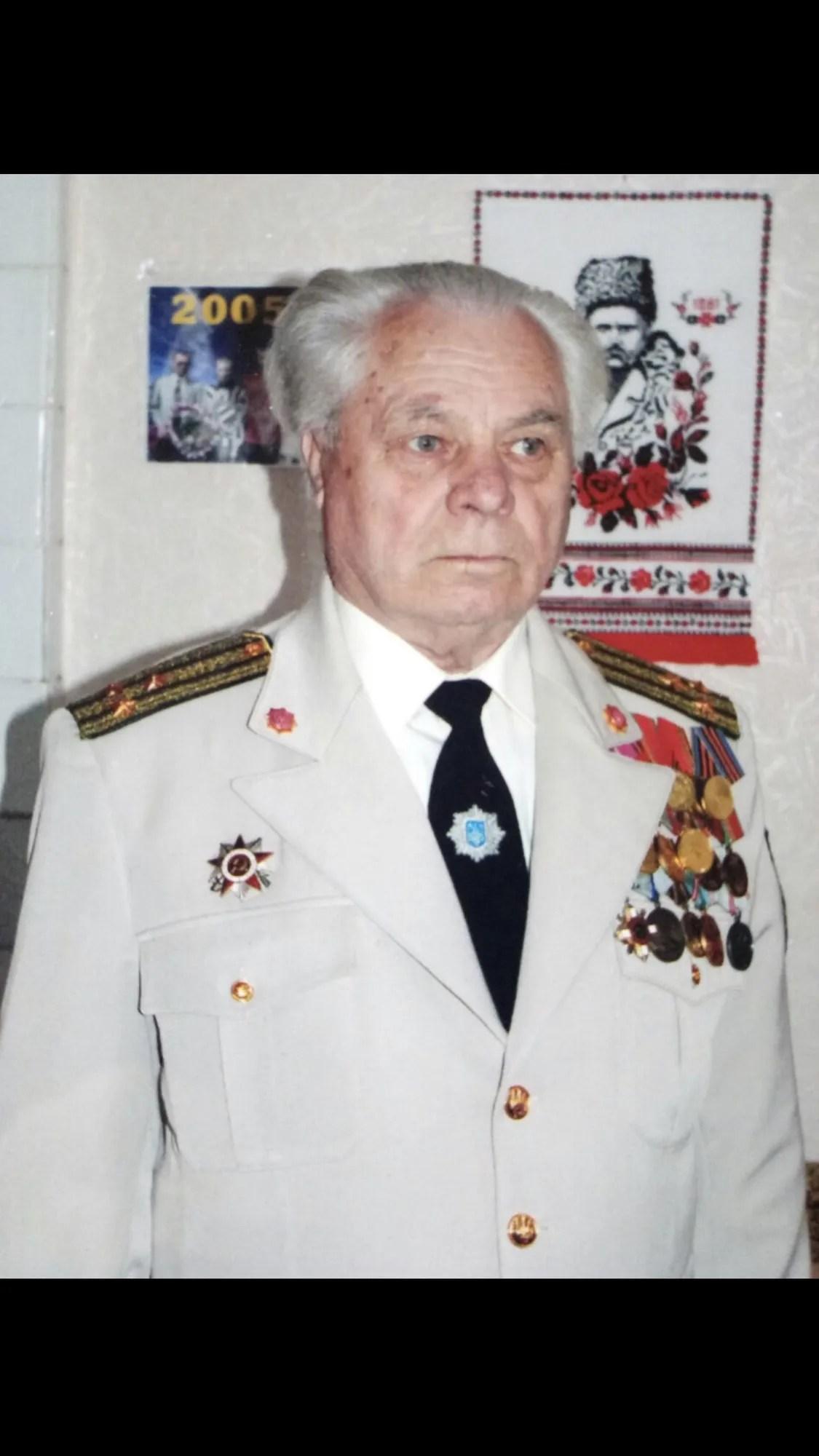 Василь Хільченко війну закінчив сержантом, потім отримав лейтенанта. А при при президенті Ющенко всім ветеранам присвоїли звання полковника.