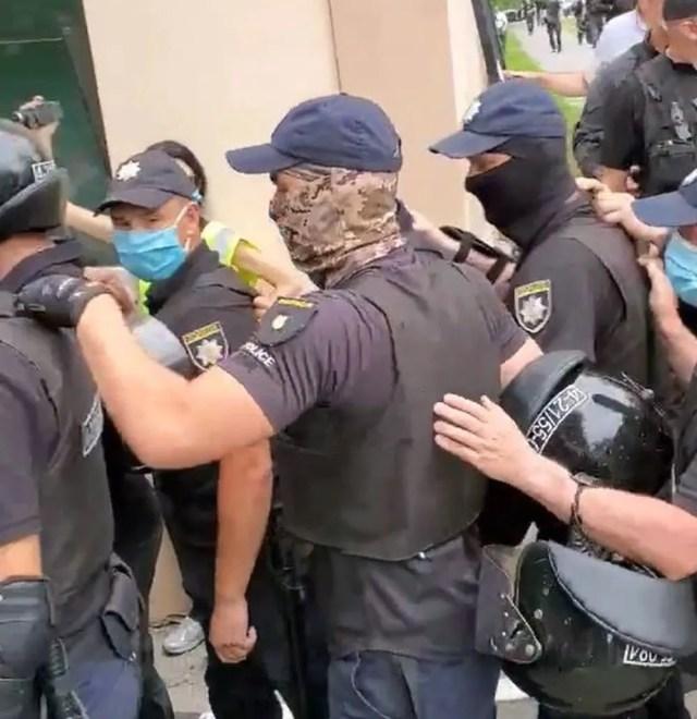 Полиция помогает проехать скорой помощи