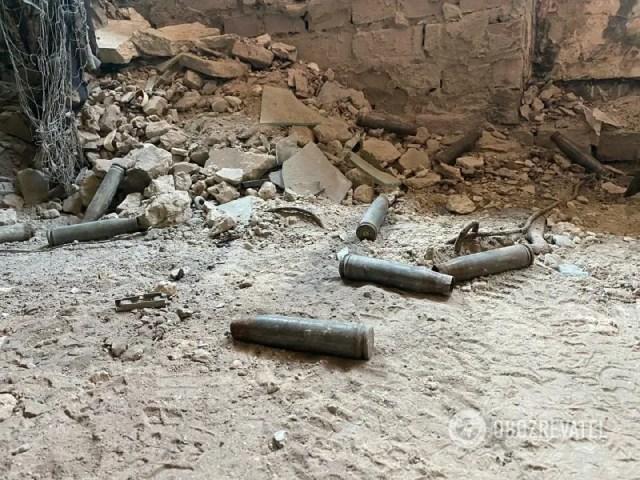 Гильзы в разрушенном здании на Донбассе