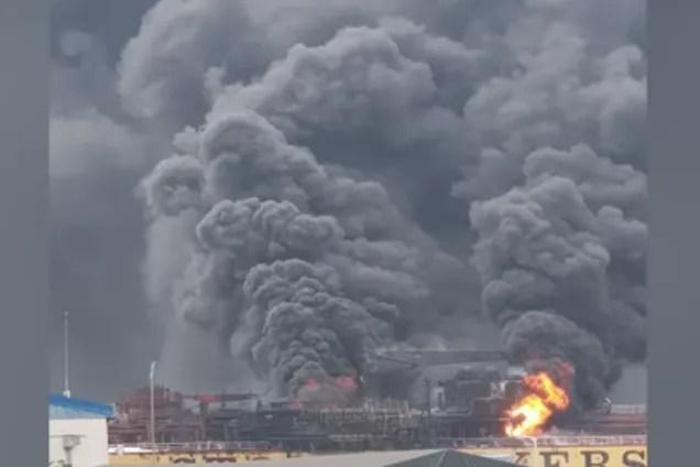 У Південній Кореї вибухнуло і загорілося судно з росіянами: моторошні відео НП