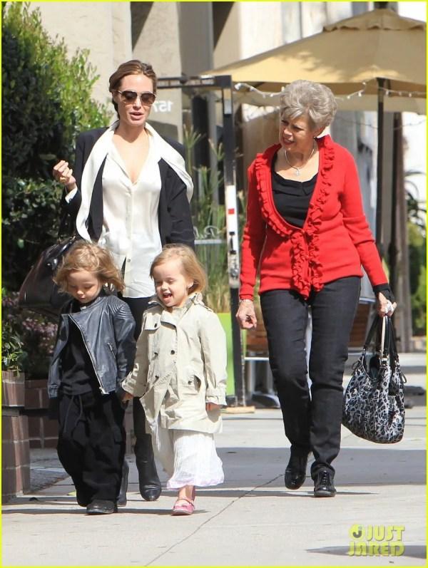 Джоли идет с близнецами за игрушками. Фото- Анджелина ...
