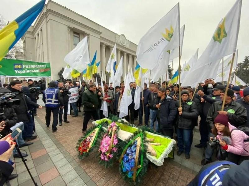 Принесли свиню у труні: націоналісти заблокували Раду