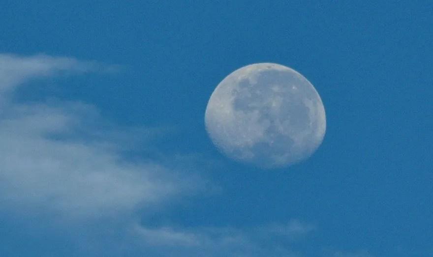 Місяць в денному небі, ілюстрація
