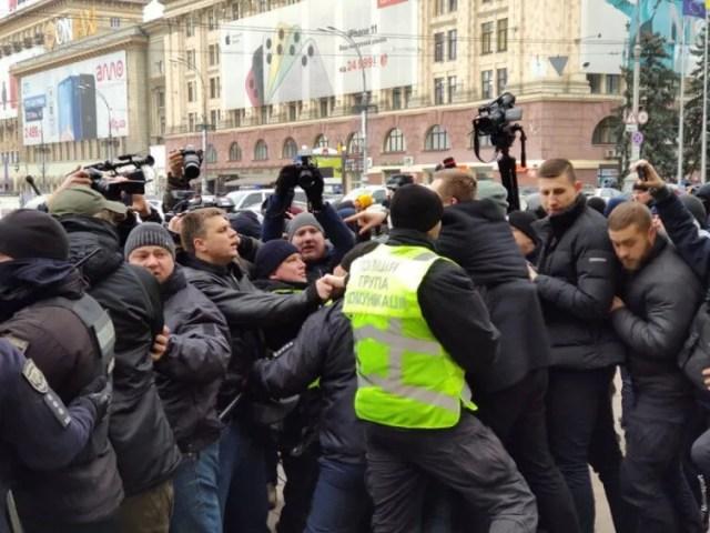 Полиция разнимает стороны митинга