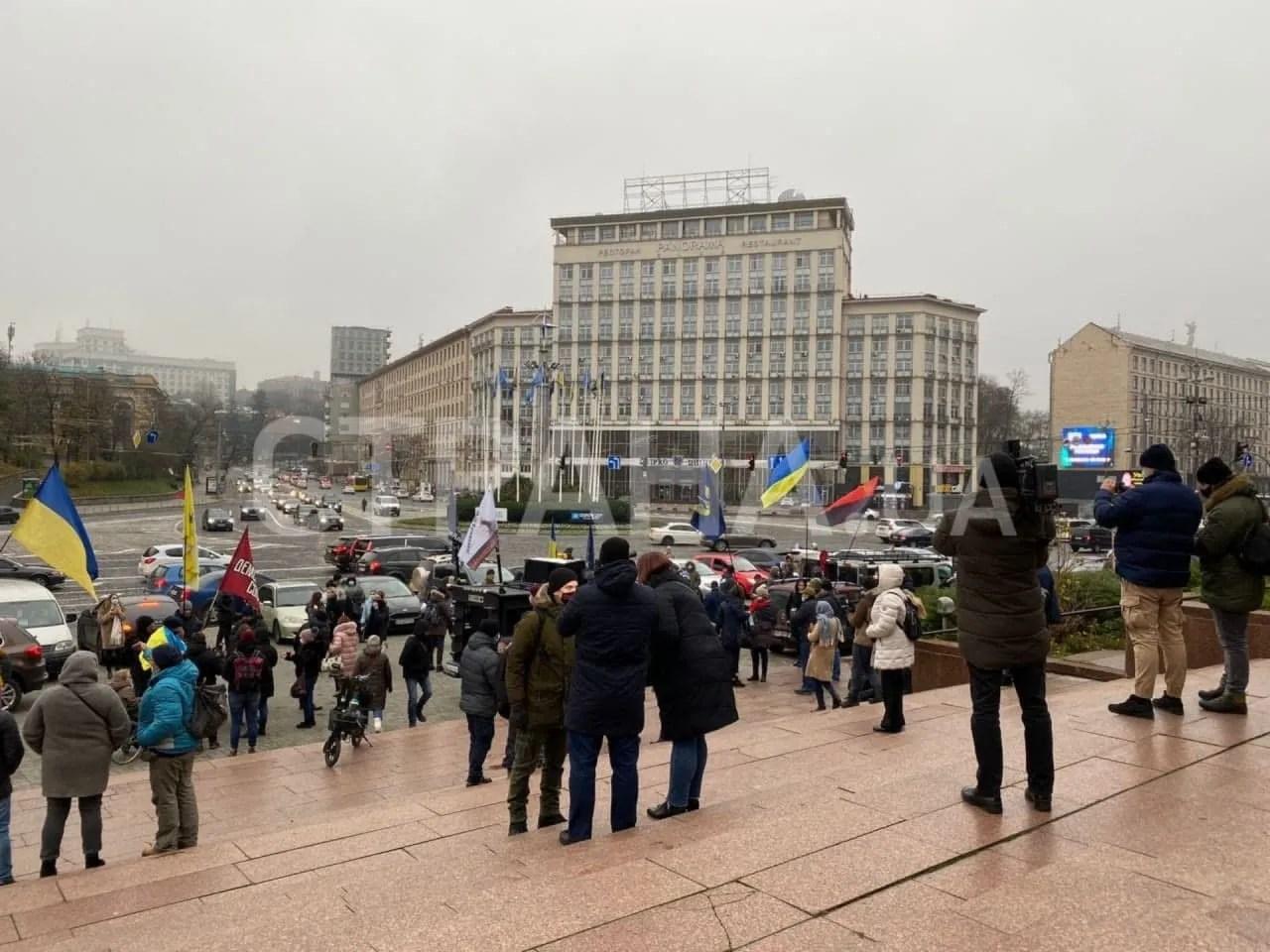 На входе в Украинский дом собралось порядка 50 человек