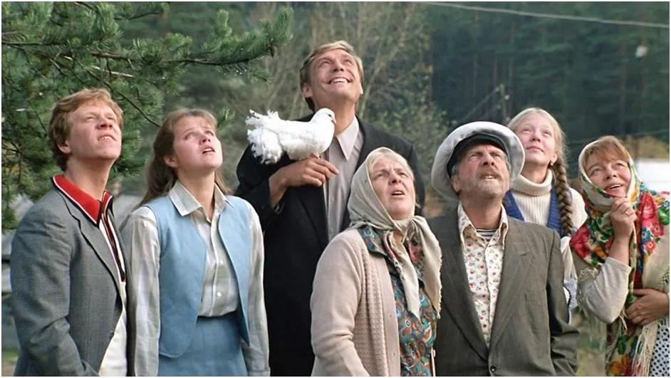 """Personajele principale ale faimoasei comedie sovietică """"Dragoste și porumbei"""""""