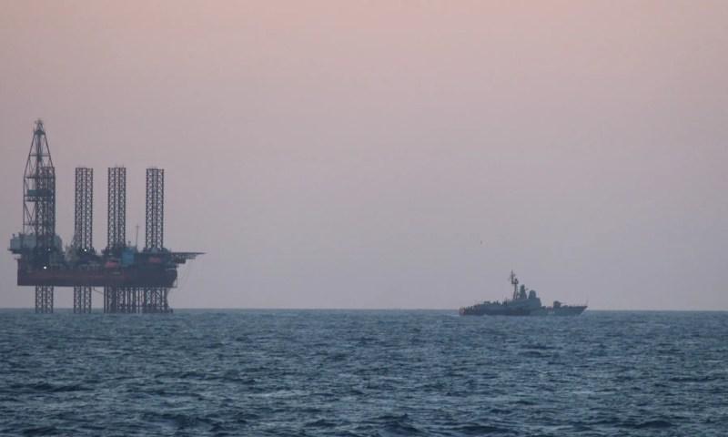 Росія під прикриттям військових кораблів краде український газ в Чорному морі