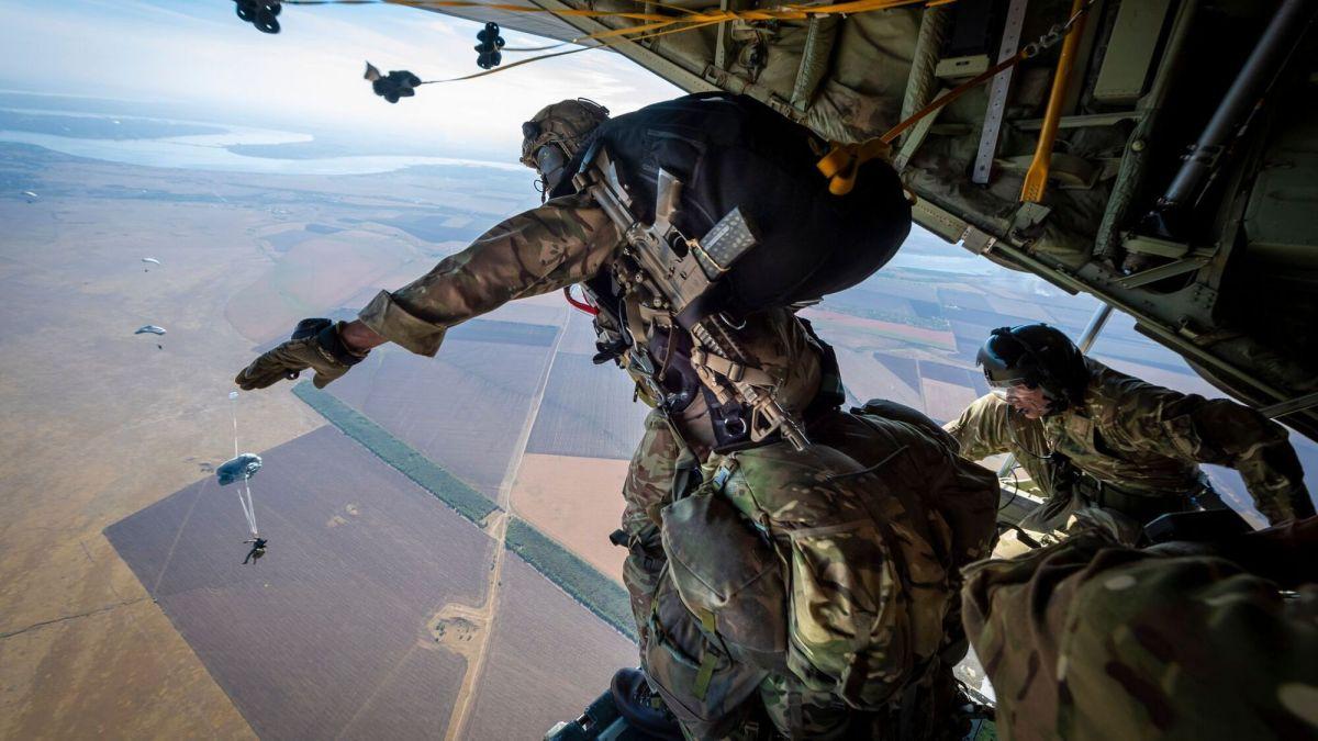 Сотни британских десантников высадились с парашютами возле Крыма