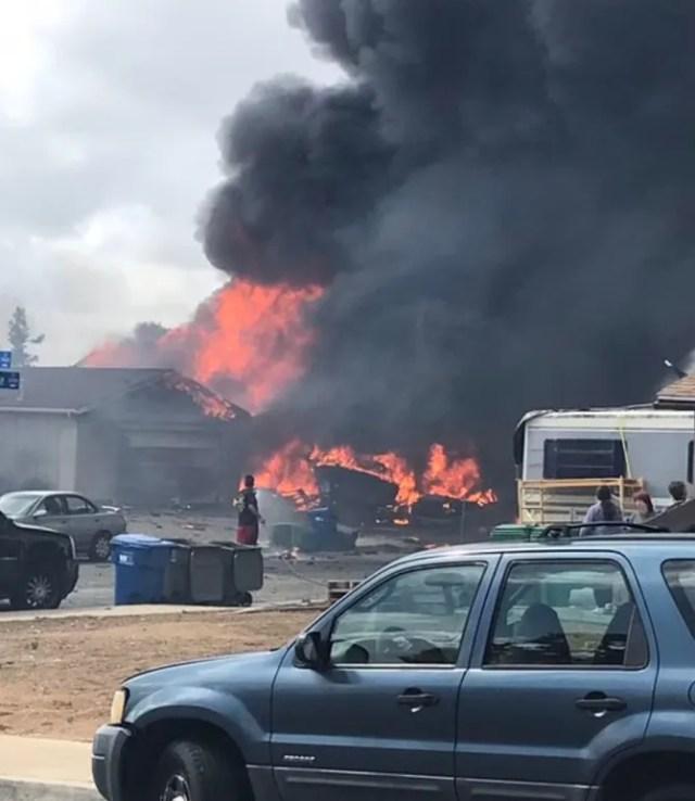 Вантажівка і будівлі загорілися.