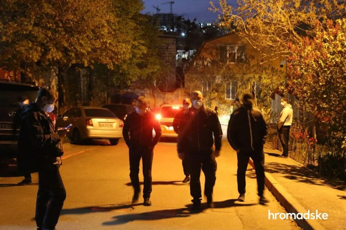 """""""Люди в чорному"""" завадили евакуатору забрати авто Медведчука. Відео"""