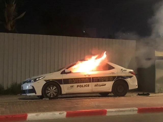 В городе Лод подожгли авто полиции.