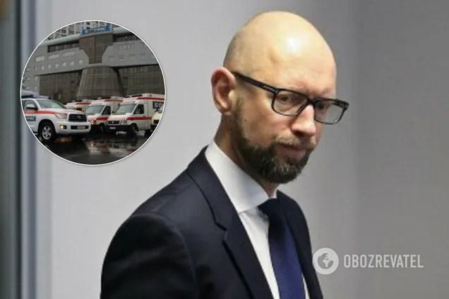 Арсения Яценюка в маске увидели возле киевской больницы. Он был обессилен