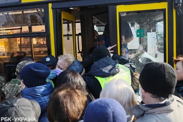 В Киеве во время карантина люди устроили штурм автобусов ...