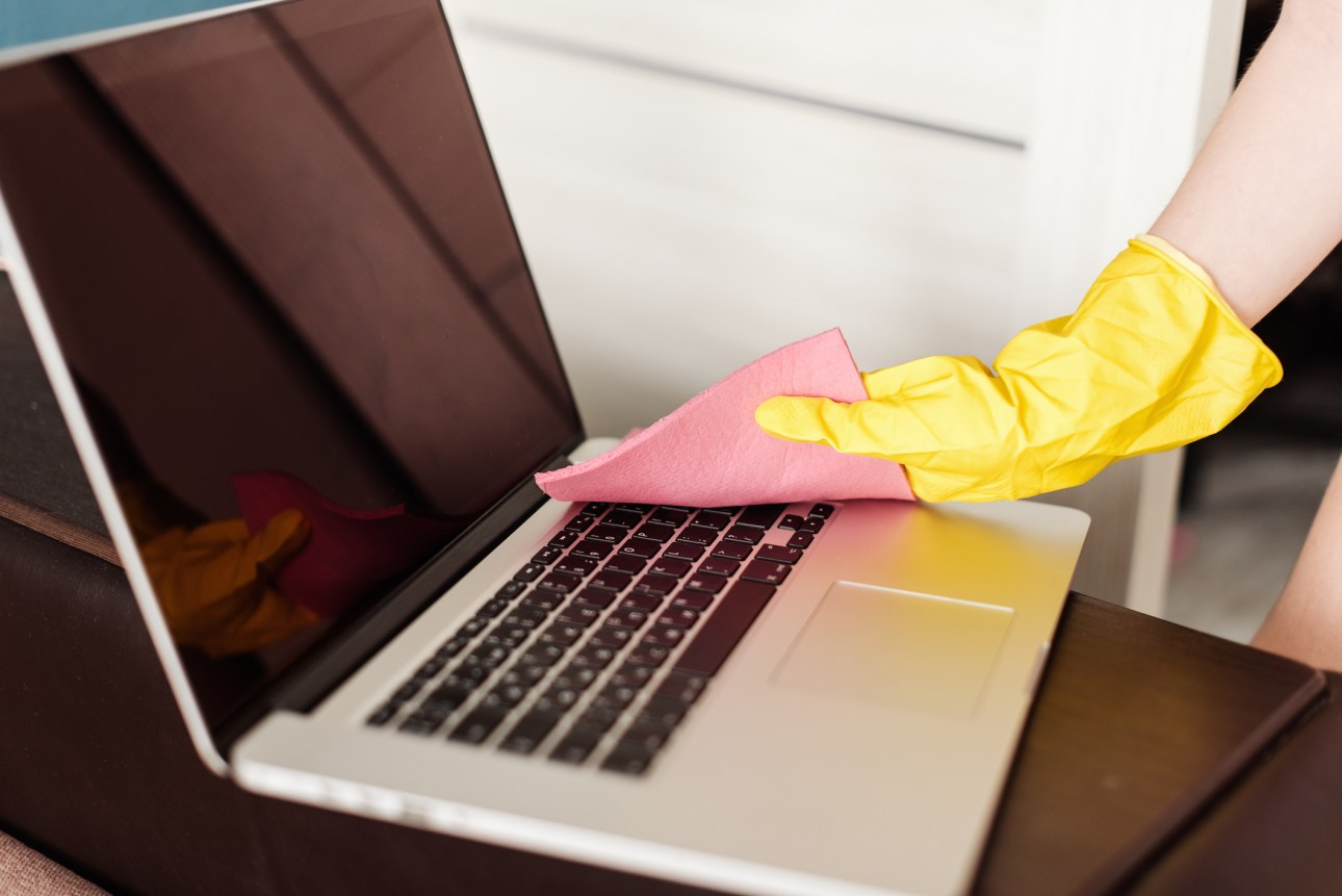 женщина работает над ноутбуком