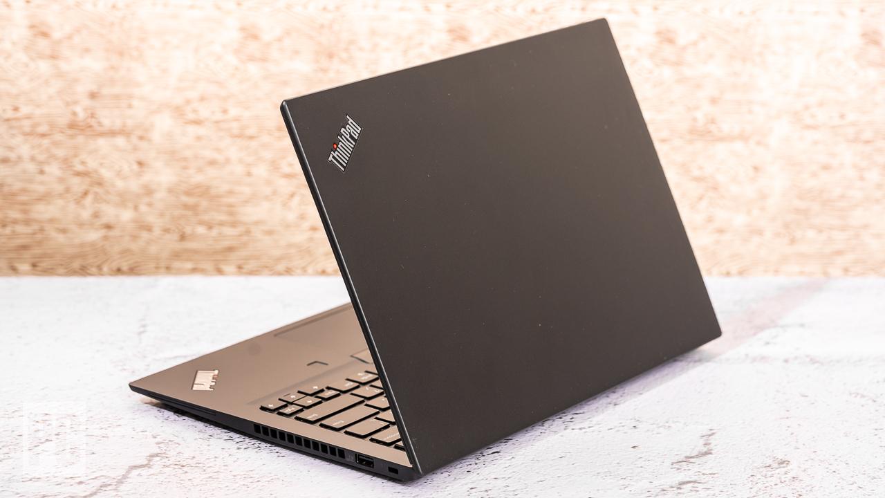 Lenovo ThinkPad T14s (AMD) вид сзади