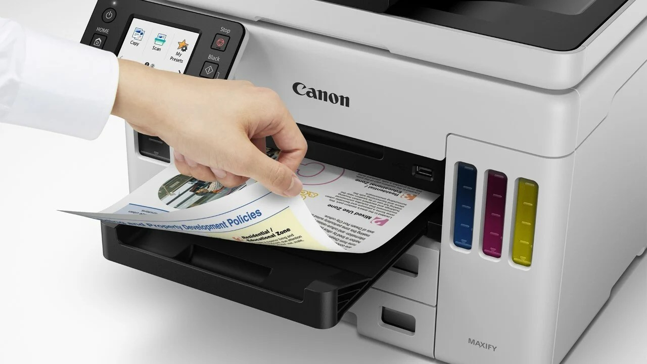 Бумага, выходящая из GX7020, когда рука пролистывает страницы