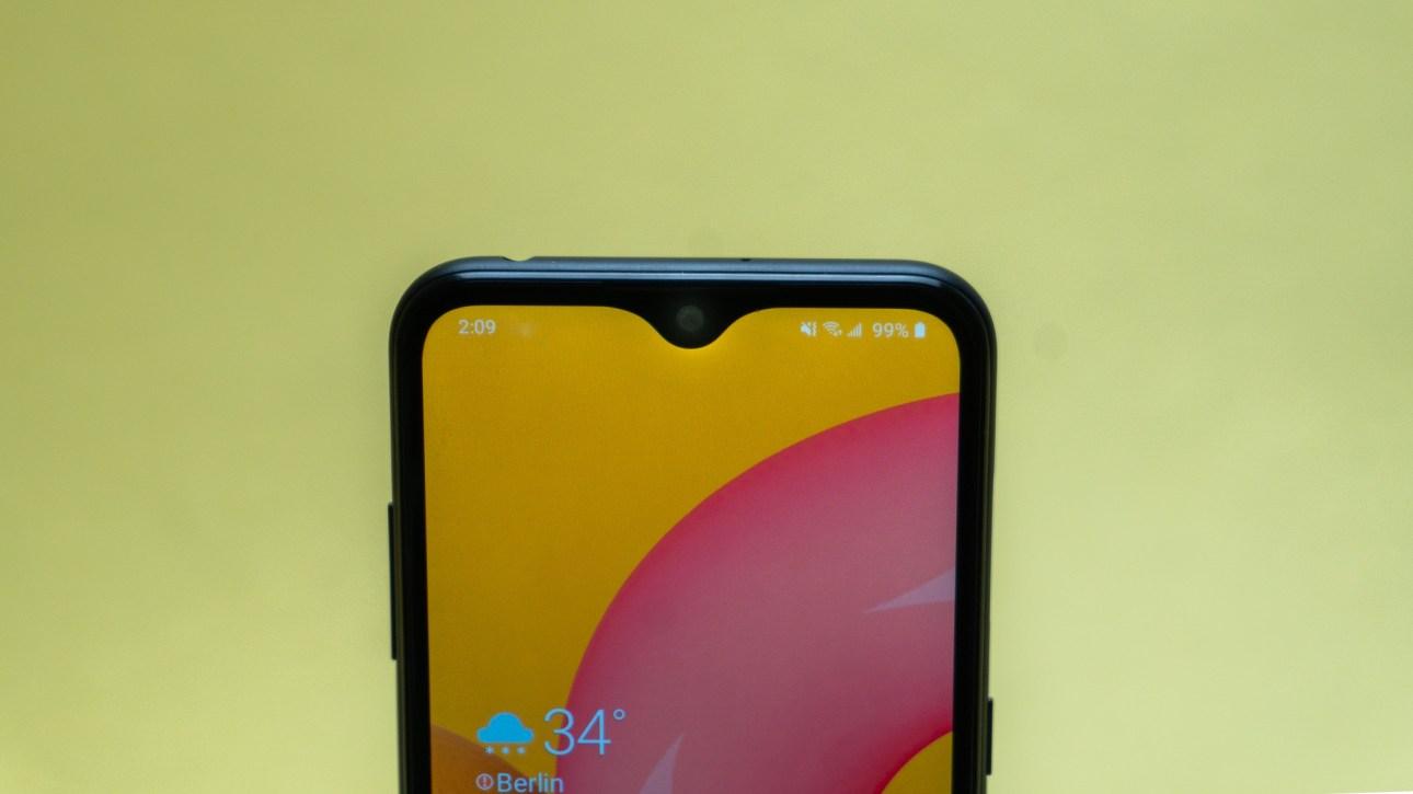 Верхняя половина дисплея Samsung Galaxy A01 с вырезом для камеры