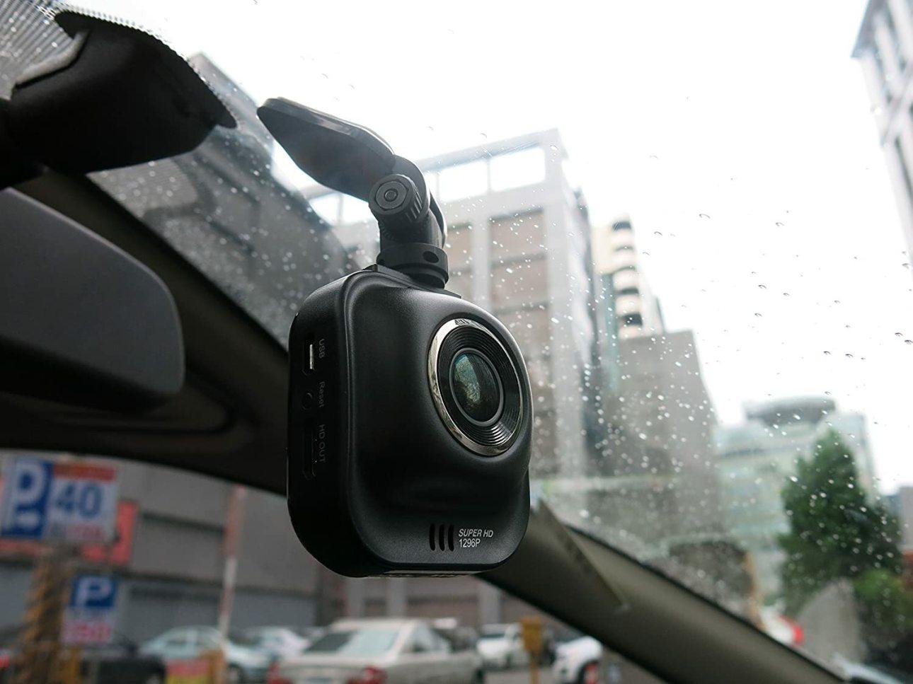 Видеорегистратор Papago GoSafe 535 прикреплен к лобовому стеклу
