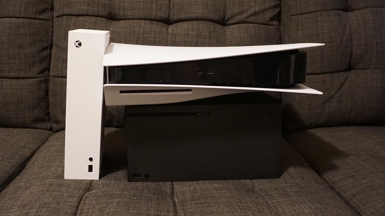 Слева: Xbox Series S. Вверху: PlayStation 5. Внизу: Xbox Series X.