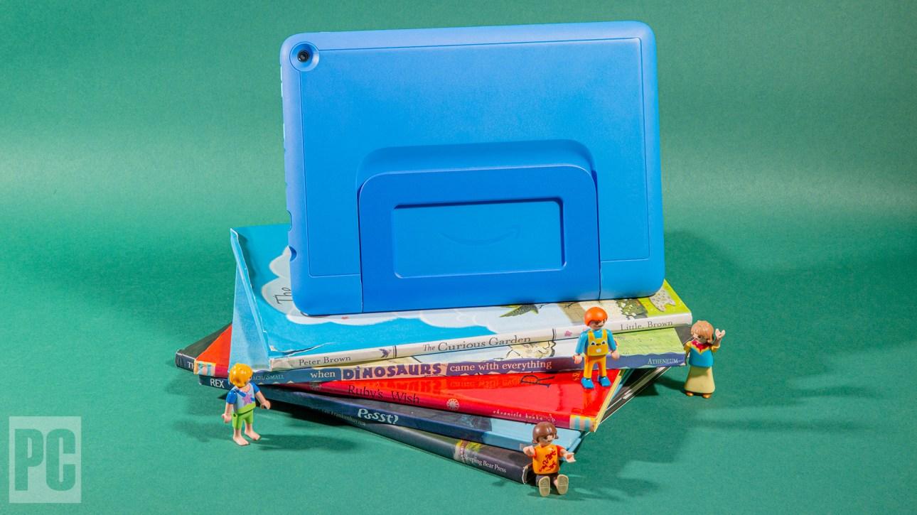 Стопка книжек с картинками с планшетом Kids Pro наверху