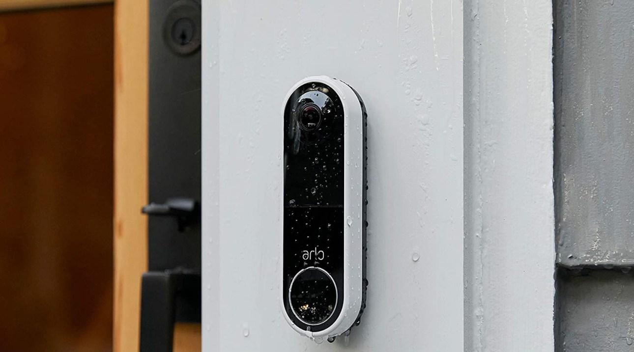 Беспроводной видеодомофон Arlo Essential на дверной коробке