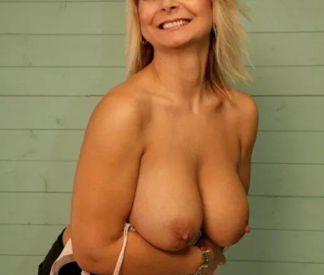 Big Breasted Mature Woman With Sexy Heavy Boobs Takes Off Her Bra To Pose Topless