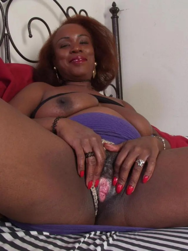 Mature Black Woman Shamelessly Spreads Her Pussy Lips And Shows Her Pink Vagina