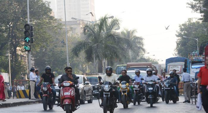 कर्नाटक में बिना हेलमेट के सवारी करने से अब ड्राइविंग लाइसेंस निलंबित होगा
