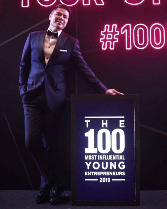 Awal ashaari terima anugerah 100 usahawan muda