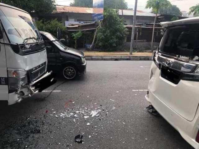 kemalangan antara lori dan kereta