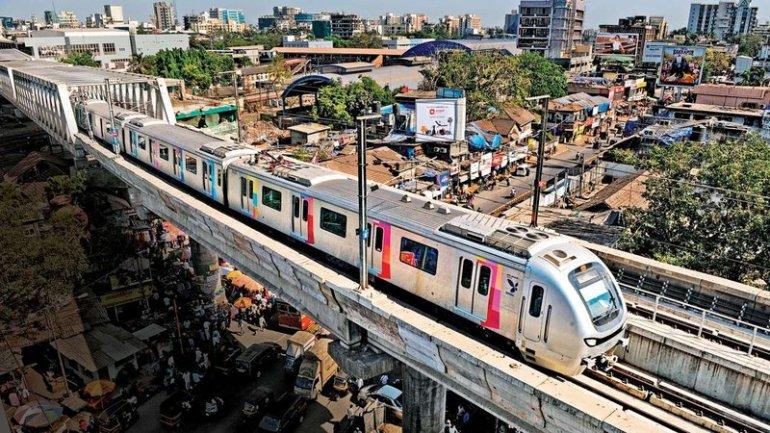 Mumbai Local Train: पश्चिम रेलवे ने 700 ट्रेनों की सेवाएं शुरू की जिसमे 2 महिला स्पेशल भी शामिल