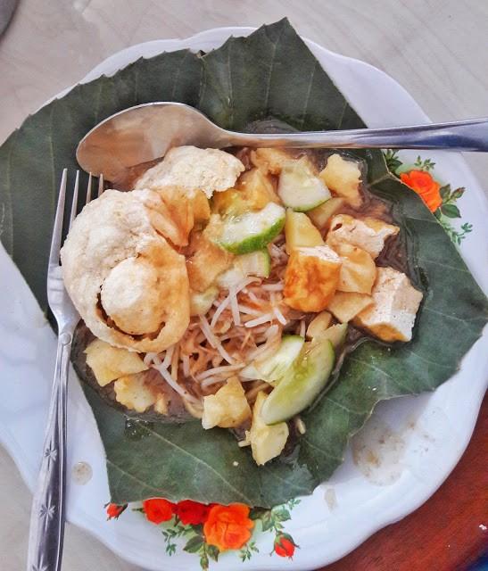 Mee Belitung dihidangkan atas daun simpor